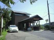 【周辺】当館から徒歩約10分のところにある「鳴子御殿湯駅」。レトロな駅舎が印象的です