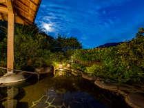 *【貸切露天風呂(夜)】月明かりがやさしく照らします
