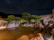*【巨石露天風呂(夜)】湯はもちろん、自然の織り成す音を愉しむ贅沢な空間
