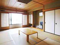 【和室】伊吹山を背に落ち着いた雰囲気の客室。窓からは長浜バイオ大学ドームが。