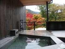紅葉が鮮やか、お部屋露天にも色が映りこみ、秋ならではの風情を醸し出します