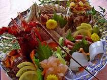 本場の伊勢海老の味は絶品!活け造りを大皿に盛り込みました。<料理一例・季節により異なります>
