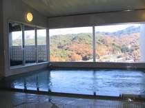 【大浴場】無色透明のラジウム温泉。お肌はすべすべに、体の芯まで温まります。
