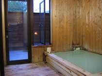 内湯です。露天風呂が続いています。
