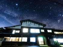 夏の夜ヒュッテほしの真上には星空が広がります。