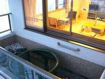 バルコニー部分に陶器の浴槽があり開放感&プライベート感抜群!
