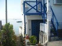 白い壁と青いドアは、ギリシャ・ミコノス島のイメージ
