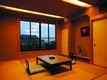 全室から日本海を見渡すことができる、落ち着いた雰囲気の和室。液晶テレビ完備