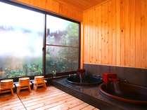 庭を眺めながら入る陶器風呂。檜で囲まれた浴室に地元の来待石で囲まれた陶器の浴槽
