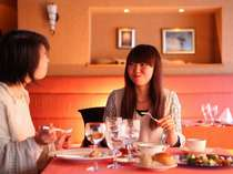 【洋食】ホテル自慢の料理の数々に、思わず笑みもこぼれます♪