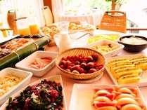 【朝食バイキング】30種のブレックファストバイキング新鮮野菜や地物食材も満載です。