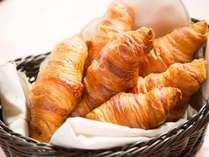 【朝食バイキング】朝食の逸品~焼き立てクロワッサン~をスタッフがお配りいたします!