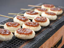 信州B級グルメ「五平餅」木の棒に潰したうるち米を握り付けて焼き、甘めのタレで頂きます。