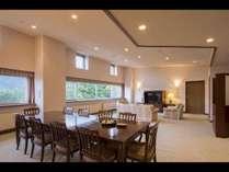 中央に広々としたリビングルーム、左右に主寝室(ツイン)と寝室(ツイン)をご用意したお部屋です。