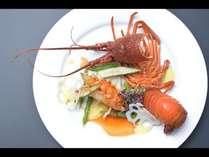 夕食は旅の大きな楽しみのひとつ。安曇野の旬の食材をふんだんに使用したお料理でおもてなし致します。