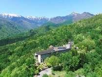 標高1000m!山の中腹にある豊かな緑に囲まれた山岳リゾート。四季折々自然の表情をお楽しみください。