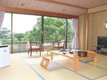和室12.5畳の海が見えない客室です。窓の外は駐車場や市街地になります