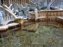 館内にある檜作りの貸切露天風呂