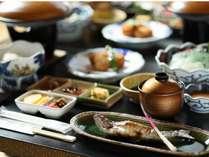 【夕食】その時期に合わせたおもてなしを心がける。山の恵みのお料理をご堪能ください。