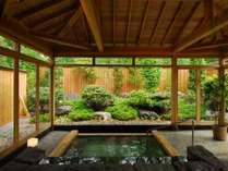 風や木々を感じる開放的なお風呂です。(※冬期のみ冬囲い)低温サウナもございます。(16時~24時)