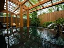 自家源泉からこんこんと湧き出る温泉が掛け流しでお楽しみいただける露天風呂がついています。