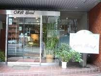 金沢駅東口から徒歩3分。「OKA Hotel」と書かれたレトロでかわいい小さな看板が目印です♪