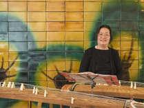 毎日ロビーでお琴の演奏を行ってます。お時間があれば聴いてくださいね。
