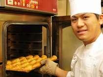 朝食バイキングの人気NO1の焼き立てパン(本館にてご用意)