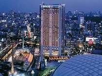 都心の一等地にそびえる高層ホテル。大都市の夜景が、遮る物なく楽しめる