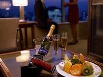 ○窓の外には大都市の夜景が広がるお部屋。素敵なひとときをお過ごし下さい。 ※写真はイメージです