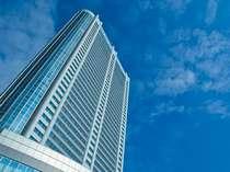 ○都心の真ん中にそびえ立つ超高層ホテル。