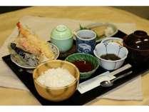 焼き魚に天ぷら、茶碗蒸しが付いた和膳夕食セット
