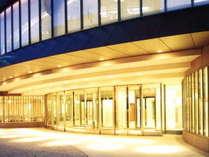 【外観】ホテル正面玄関。北2条通りに面している。地下駐車場が満車等の場合は車の駐車スペースも兼ねる。