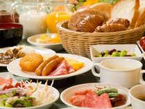 【朝食】和洋バイキングAM7:00-10:00開放的なレストランで朝のひとときを。/メニュー一例