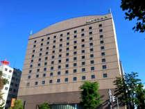 【ホテル外観】ホテル目の前には、北海道のシンボル、北海道庁旧本庁舎「赤れんが庁舎」がございます。