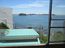 客室からの眺望。目線の先には篠島!