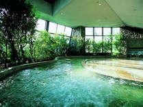 開放感溢れる「四季の湯」。天井が開閉され、四季の自然と空を天上と壁面から仰げる。嬉野屈指の広さと泉質