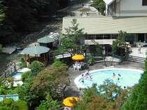 川の音が心地よい四万たむら「さくら」プール、湯巡りパスポートで7~8月湯巡りパスポートでご利用可。