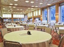 お食事会場ホールグランティエラ、広々とした会場の大きな窓からは周辺の滴る緑も楽しめる。