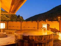 特別室の大樽の天空露天風呂は100%源泉かけ流し。ゆっくりとお湯と星空をお楽しみください。