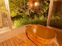 特別室の室内にあるひのき風呂。こちらも100%源泉かけ流し。柔らかなお湯をゆるりと愉しめます。