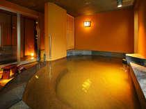 姉妹館・四万たむら貸切風呂「クリスタル」40分2100円。大人5~6人は入れる広々とした湯船、源泉かけ流し