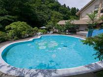 四万温泉で唯一!プールは7月より湯巡りパスポートで利用可。プールサイドには足湯と飲泉所