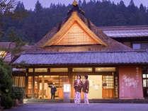 創業500年四万最古の老舗宿「四万たむら」入母屋造りの茅葺屋根の玄関。源泉かけ流し6か所の湯巡りを楽しむ