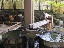 室生の湯 二つ並ぶたる風呂も新鮮な温泉が注がれている、源泉かけ流しの天然温泉