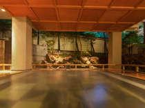 能舞台を模した露天「室生の湯」。源泉かけ流し美肌成分メタケイ酸豊富なやさしいお湯を24時間楽しめます。