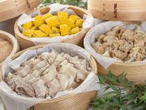 【源泉蒸しコーナー】名物源泉蒸し、地元野菜と赤城鶏など