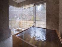 【集~TUDOI~】24時間好きな時に温泉を満喫。窓を開ければ露天風呂気分も味わえる。