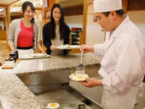 【朝食】料理人が目の前で仕上げるコーナーもございます。