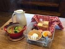 地元野菜のポトフ、こだわりのパン、卵、コーヒーか紅茶の自慢の朝食はいかが